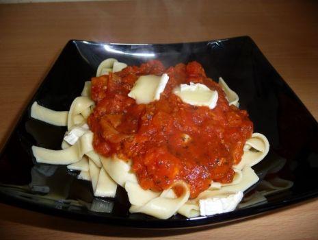 Przepis: Makaron z sosem pomidorowym i serem cambret