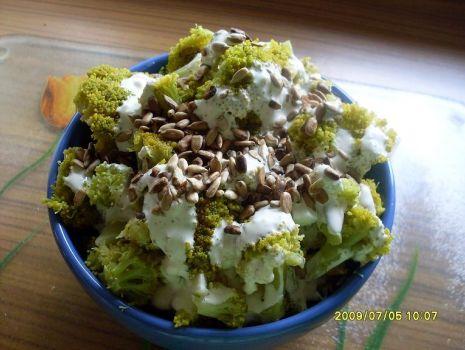 Przepis: Sałatka brokułowa z prażonym słonecznikiem