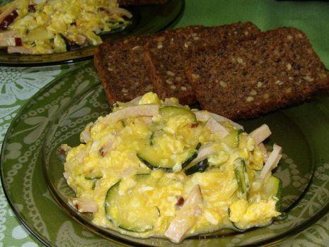 Przepis: Jajecznica z szynką i cukinią