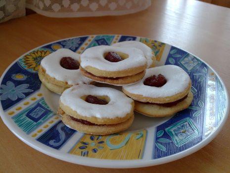 Przepis: Ciastka z dziurką i białym lukrem