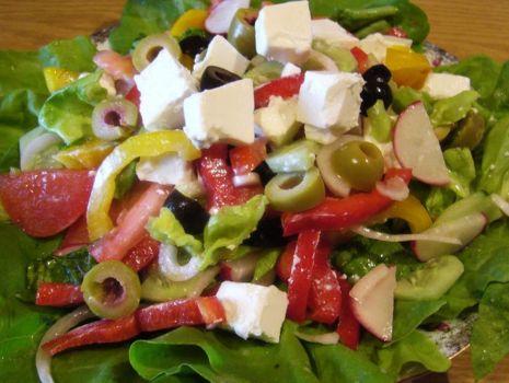 Przepis: Sałatka z oliwkami i serem feta