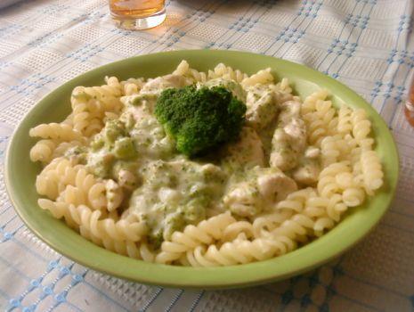 Przepis: Kurczak w sosie śmietanowo-brokułowym z makronem