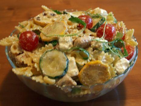 Przepis: makaronowa sałatka z cukinią