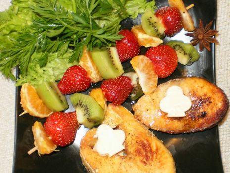 Przepis: Łosoś smażony na maśle z szaszłykiem owocowym :