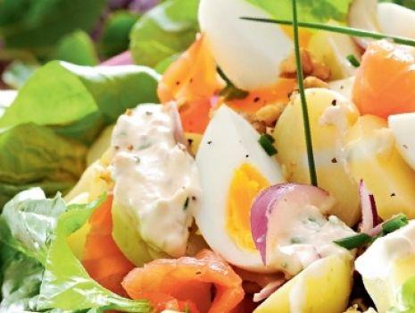 Przepis: Sałatka ziemniaczana z jajkiem i szpinakiem