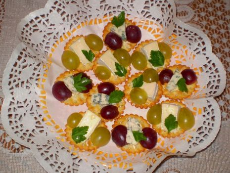 Przepis: Camembert i Roquefort na krakersach z winogronami :
