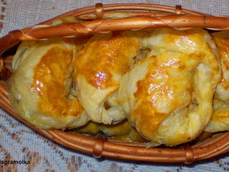 Przepis: Rogaliki z ciasta francuskiego z kapustą i pieczarkami :