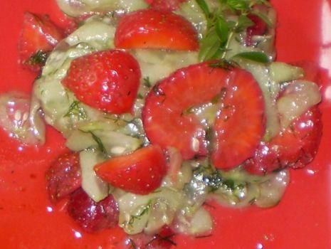 Przepis: Surówka z ogórka z truskawkami :