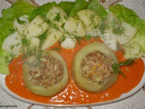 Przepis: Kalarepki faszerowane w sosie pomidorowym  :
