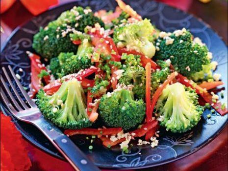 Przepis: Sałatka z brokułami, papryką i sezamem