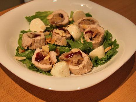 Przepis: sałatka z roladkami z indyka