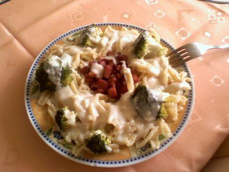 Przepis: Makaron z boczkiem i brokułami w sosie beszamelowym