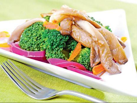 Przepis: Sałatka z brokułami i boczniakiem