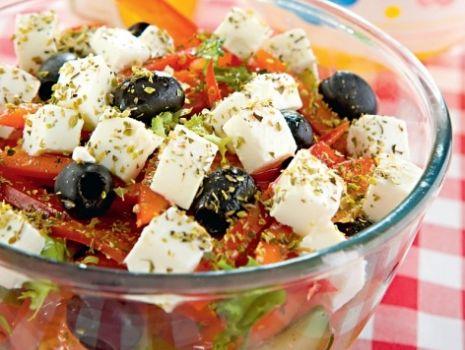 Przepis: Sałatka grecka z czarnymi oliwkami
