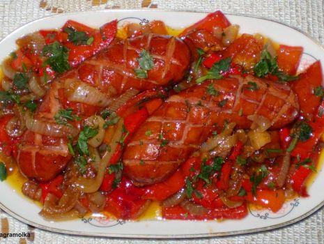 Przepis: Kiełbasa podsmażana – duszona w cebuli z papryką :