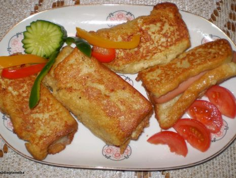 Przepis: Paróweczki zapiekane w chlebie tostowym :