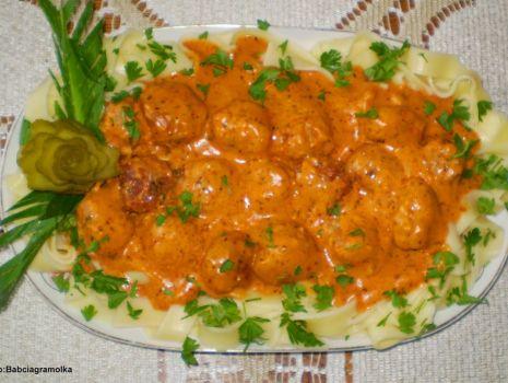 Przepis: Kuleczki mięsno- pieczarkowe z sosem pomidorowym :