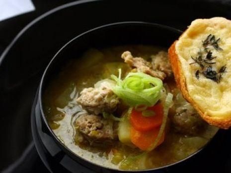 Przepis: Zupa ziemniaczano-porowa z białą kiełbasą