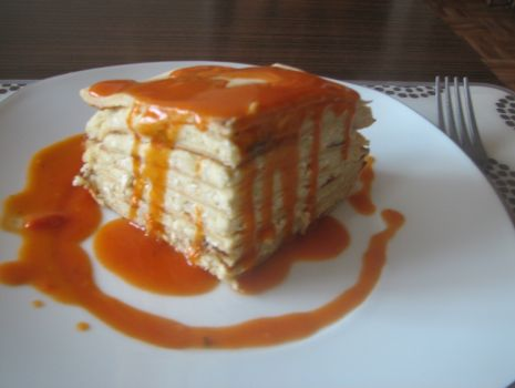 Przepis: Tort naleśnikowy z sosem pomidorowym