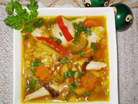 Przepis: Zupa jarzynowa z brązowym ryżem i smakiem Orientu :