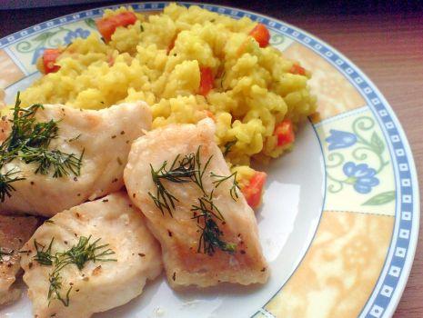 Przepis: ryba gotowana na parze z ryżem i marchewką