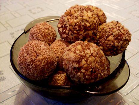 Przepis: Kuleczki kakaowo-orzechowo-kokosowe
