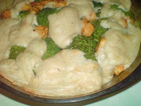 Przepis: brokuły z kurczakiem zapiekane pod beszamelem