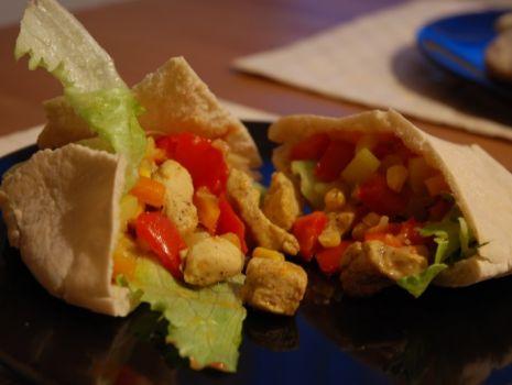 Przepis: Pita z kurczakiem i warzywami