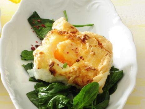 Przepis: Jajka z kryzą na szpinaku