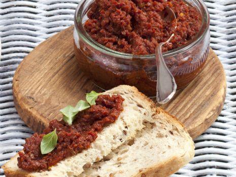 Przepis: Czerwona pasta z salami