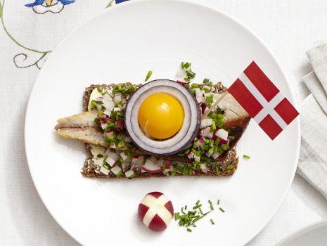Przepis: Duńska smorrebrod - kanapka z wędzonym śledziem