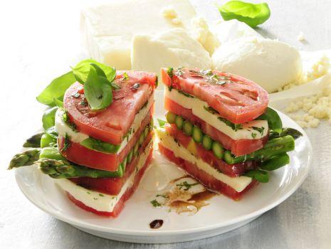 Przepis: Przekładaniec pomidorowo-szparagowy z mozzarellą