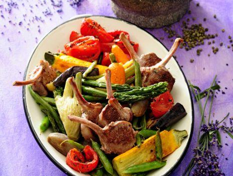 Przepis: Pieczone kotlety jagnięce z warzywami duszonymi w oliwie