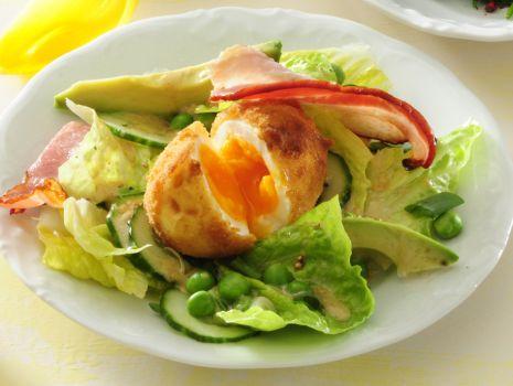 Przepis: Panierowane jajka z warzywami i boczkiem