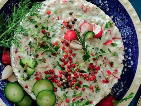 Przepis: Serowy torcik wiosenny z rzodkiewkami