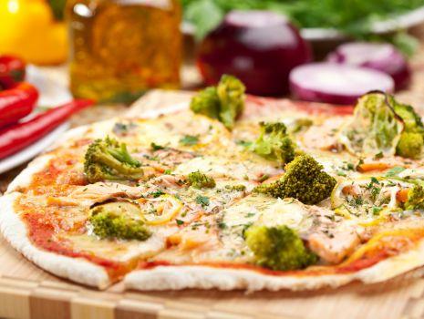 Przepis: Pizza na cienkim spodzie z pesto i gorgonzolą