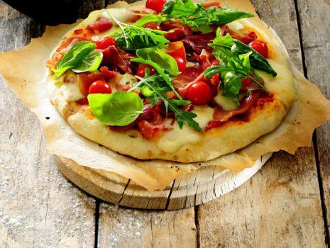 Przepis: Pizza z prosciutto i zielonymi liśćmi