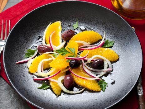 Przepis: Sałatka z oliwkami i pomarańczami