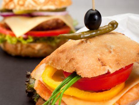 Przepis: Burger z łososiem i serem żółtym