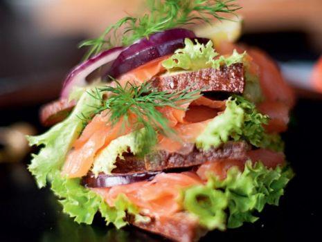 Przepis: Piętrowy Club Sandwich z Łososiem