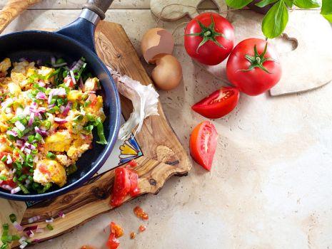Przepis: Jajecznica z pomidorami i ziołami