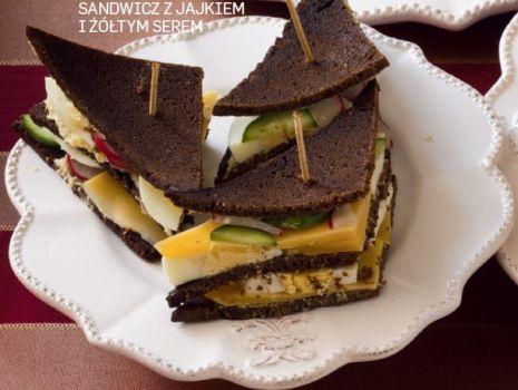 Przepis: Sandwicz z jajkiem i żółtym serem