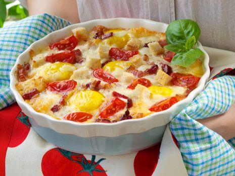 Przepis: Tarta z pomidorami, boczkiem i oliwkami