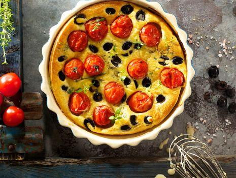 Przepis: Clafoutis z pomidorkami czereśniowymi i oliwkami