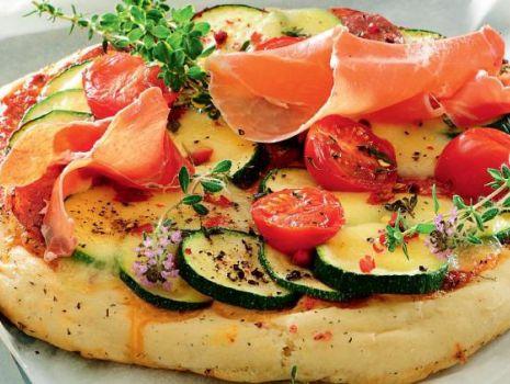 Przepis: Pizza z salami, szynką parmeńską i cukinią
