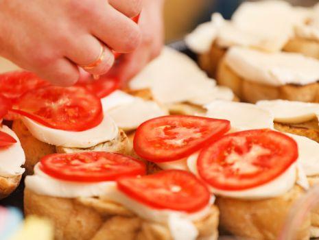 Przepis: Crostini z mortadelą i pomidorami