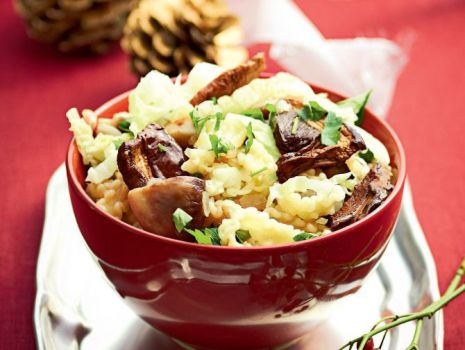 Przepis: Sałatka makaronowa z kapustą włoską i grzybami