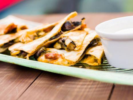 Przepis: Quesadillas z grzybami leśnymi i chorizo