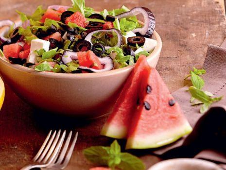Przepis: Sałatka z fetą i oliwkami