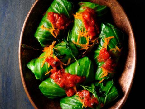 Przepis: Gołąbki z mięsem w sosie pomidorowym